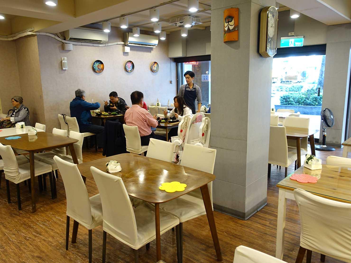 台北・清粥街(お粥街)にある「無名字清粥小菜」の店内