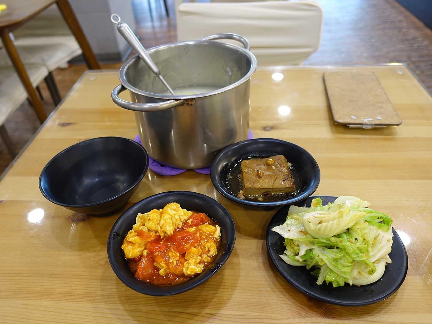 台北・清粥街(お粥街)にある「無名字清粥小菜」のお粥と料理