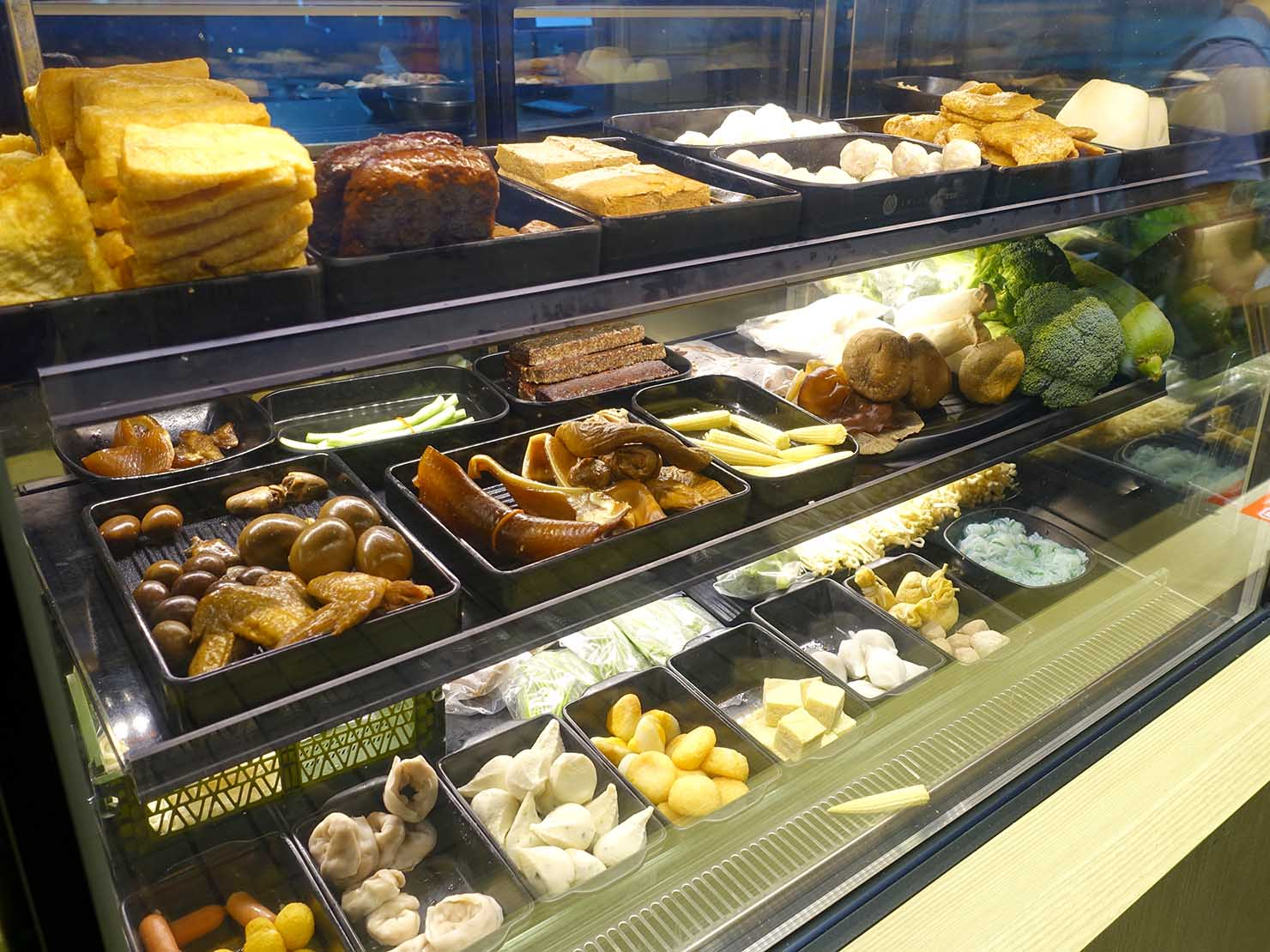 台北・忠孝復興駅(東區)のおすすめグルメ店「滷滷味」のカウンターに並ぶ食材たち