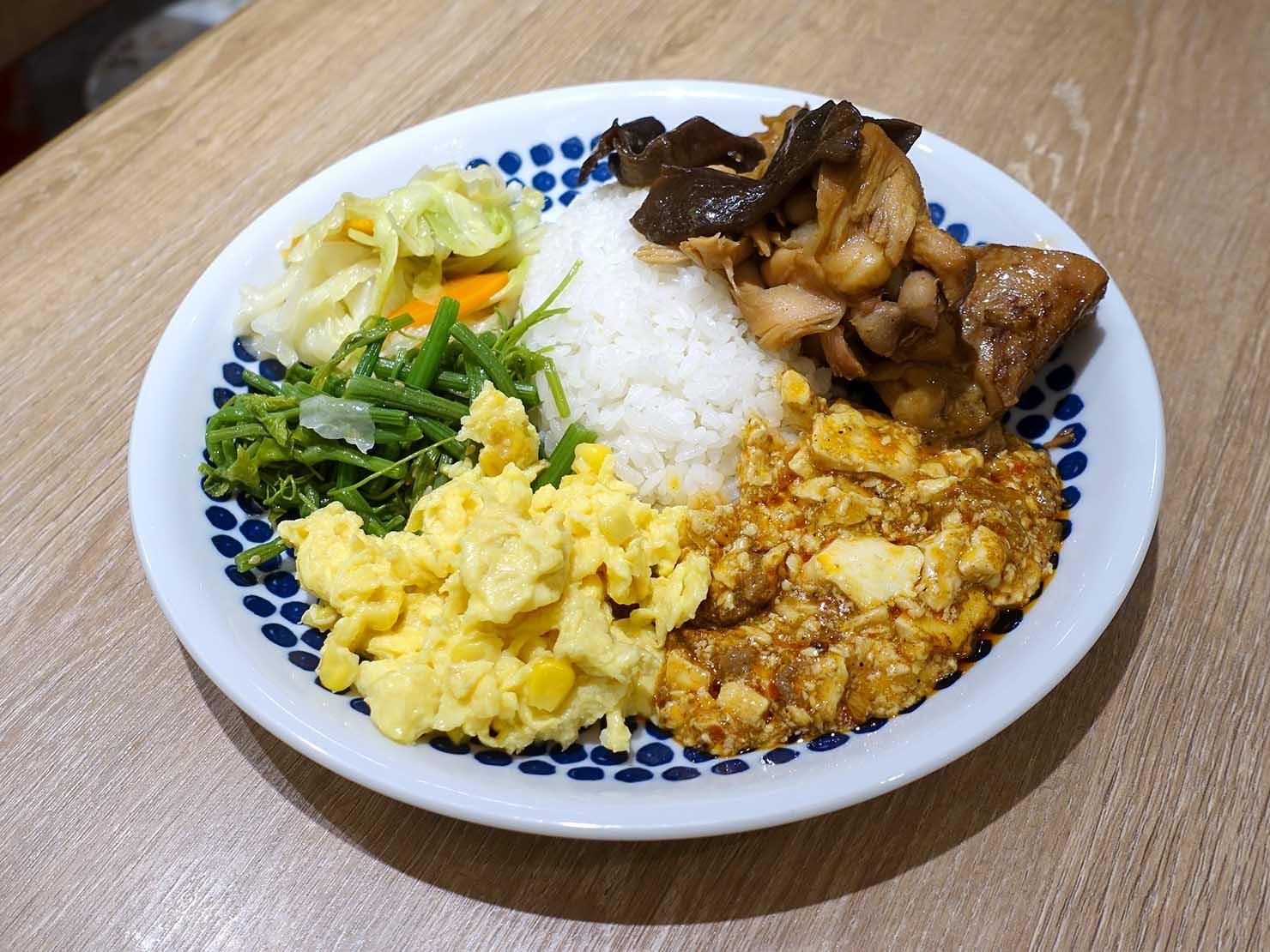 台北・忠孝復興駅(東區)のおすすめグルメ店「今頂小吃」の黃燜雞飯