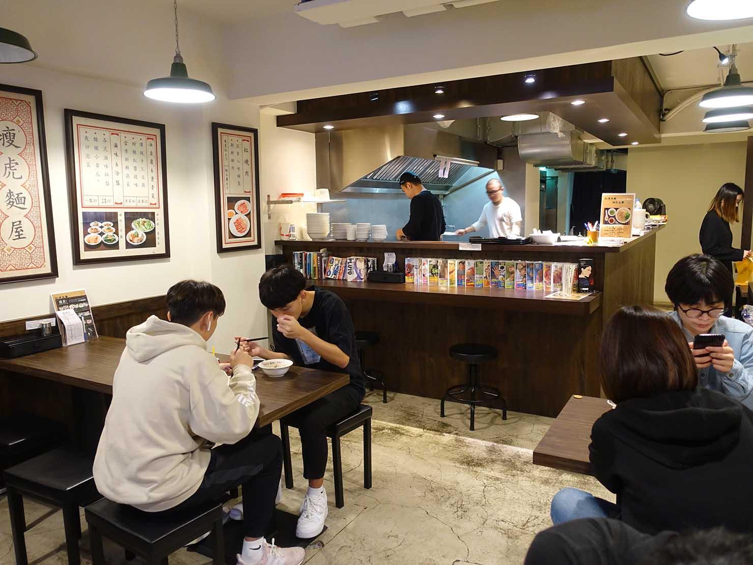 台北・忠孝敦化駅(東區)のおすすめグルメ店「瘦虎麵屋」のテーブル席