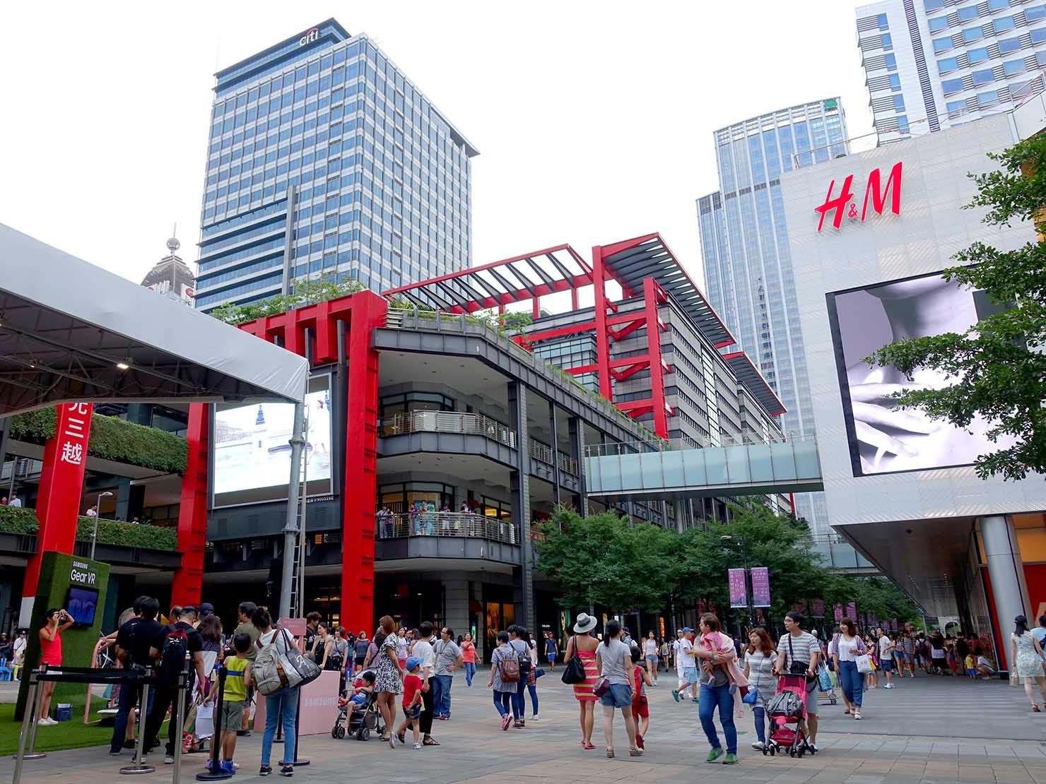 台北・信義區にある新光三越の広場