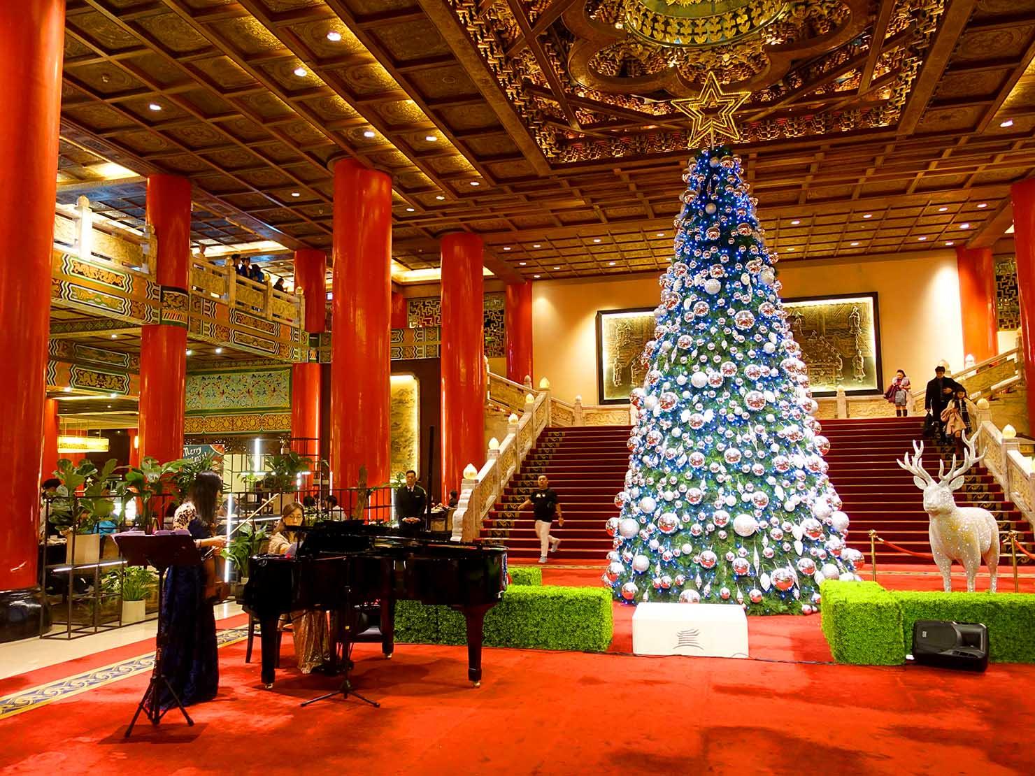 台北・圓山大飯店のエントランスホールに飾られたクリスマスツリー