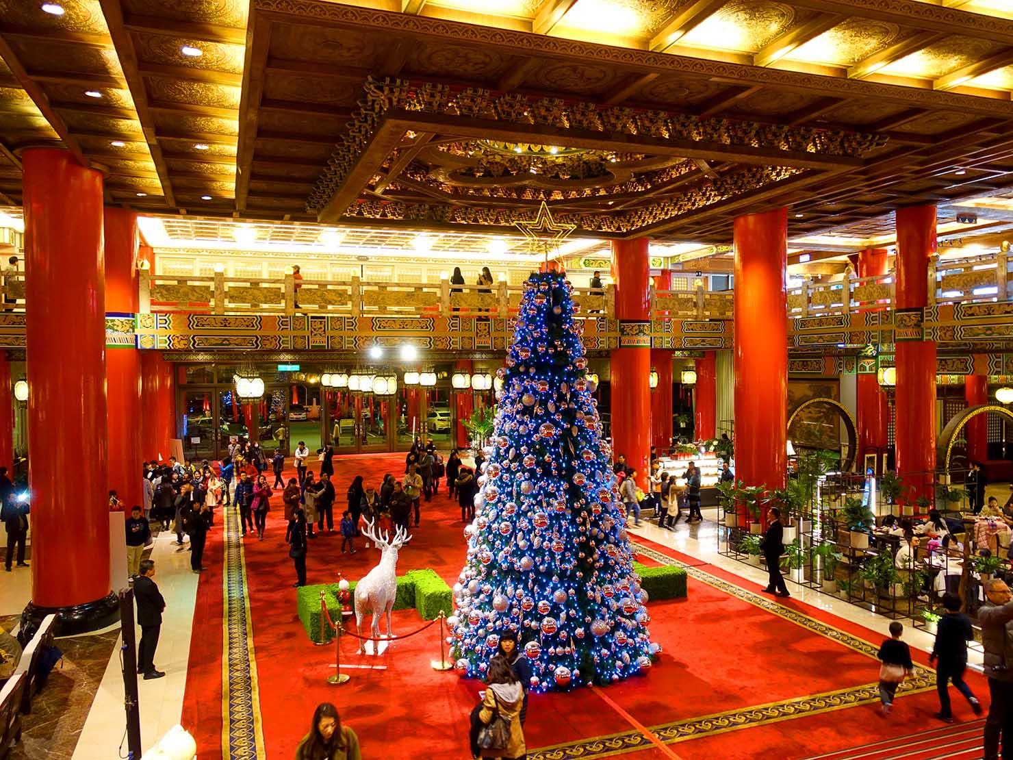 台北・圓山大飯店の階段状から眺めるエントランスホール