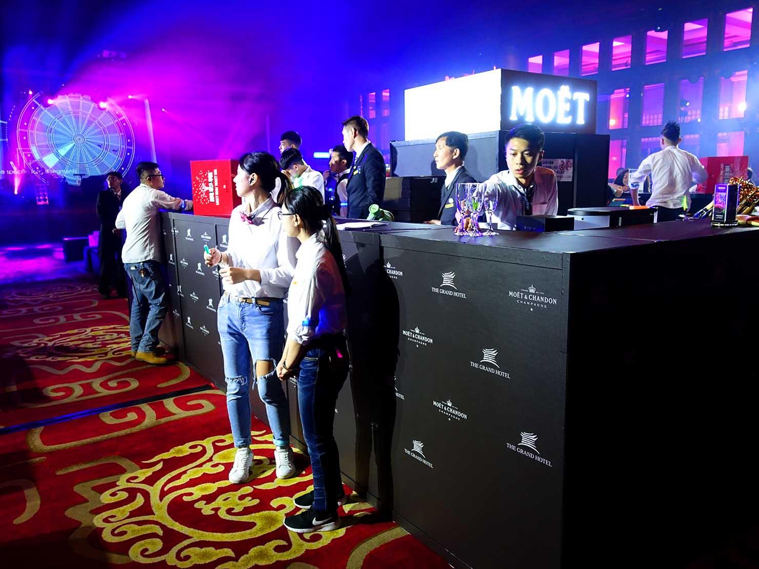 台北・圓山大飯店のカウントダウンパーティー「Bling Bling跨年派對」会場のバーカウンター