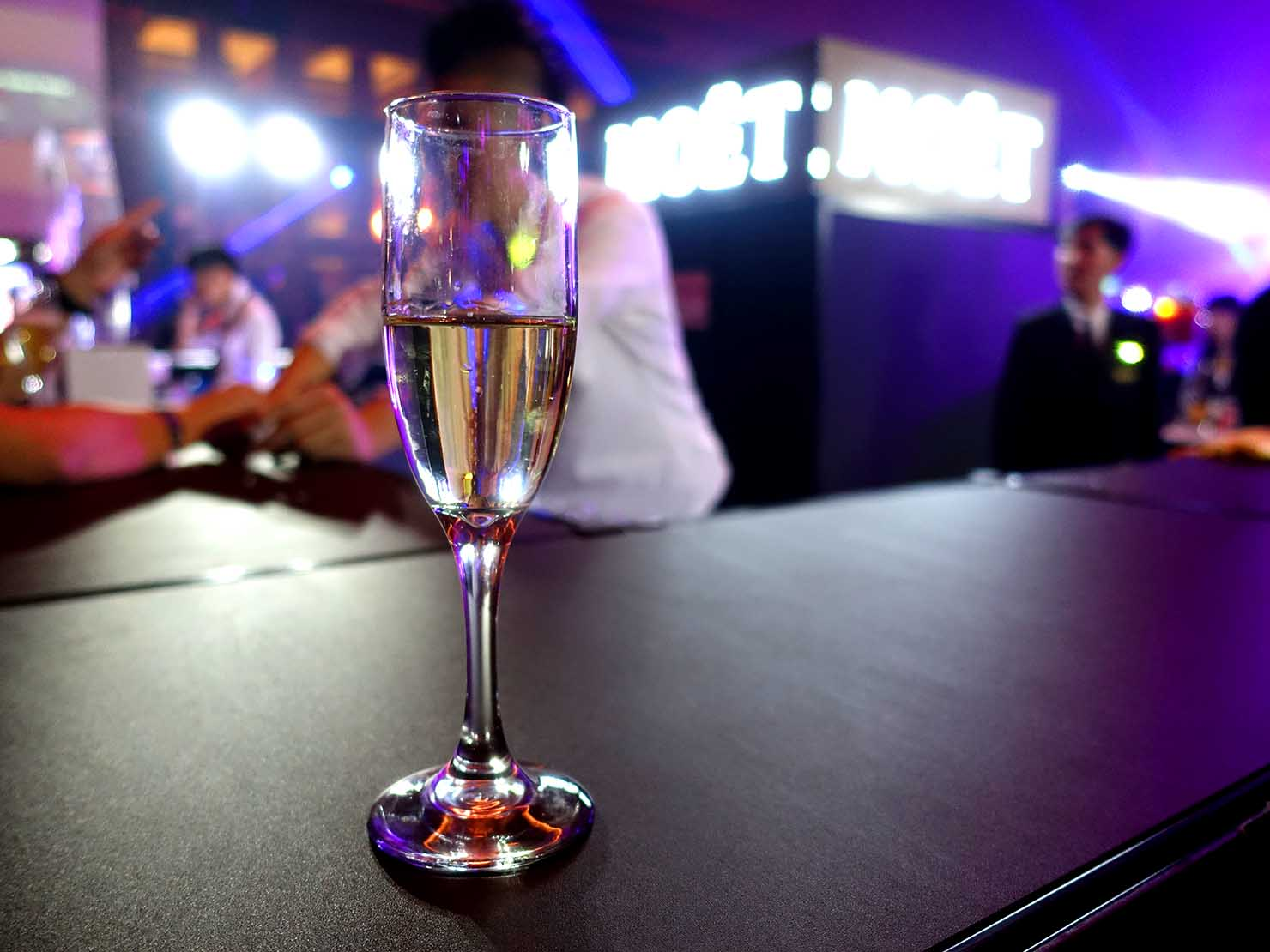 台北・圓山大飯店のカウントダウンパーティー「Bling Bling跨年派對」会場のバーカウンターで振舞われたウェルカムシャンパン