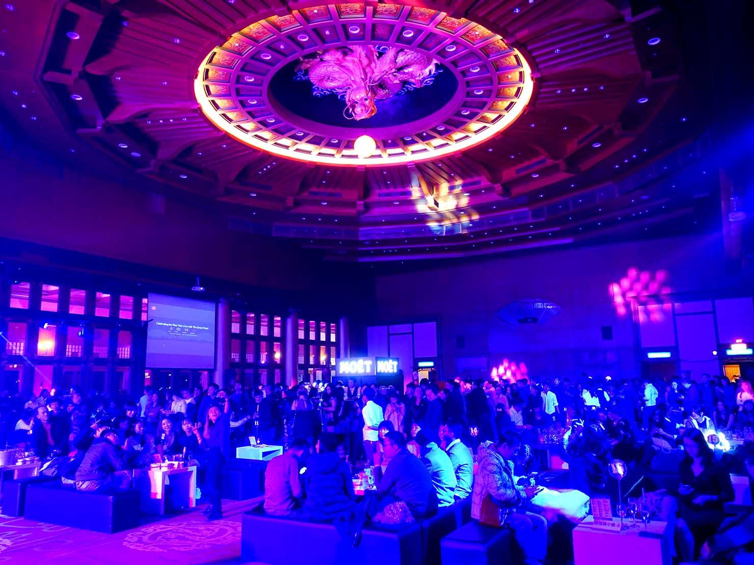台北・圓山大飯店のカウントダウンパーティー「Bling Bling跨年派對」の会場に集まる人々