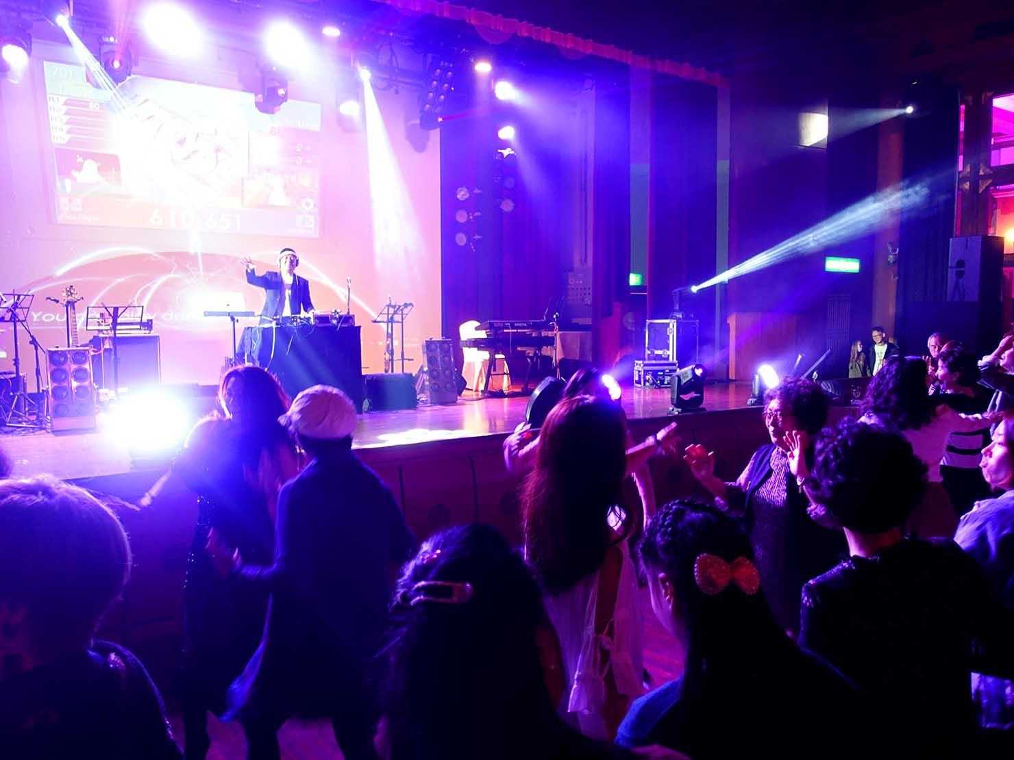 台北・圓山大飯店のカウントダウンパーティー「Bling Bling跨年派對」ステージに登場するDJ