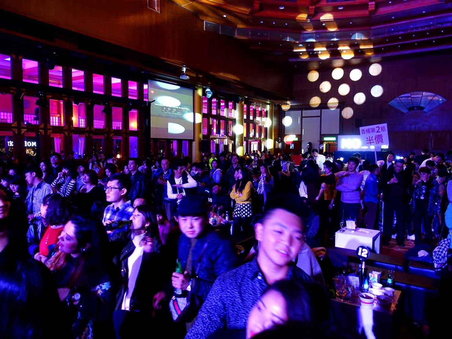 台北・圓山大飯店のカウントダウンパーティー「Bling Bling跨年派對」ステージ前で盛り上がる人々