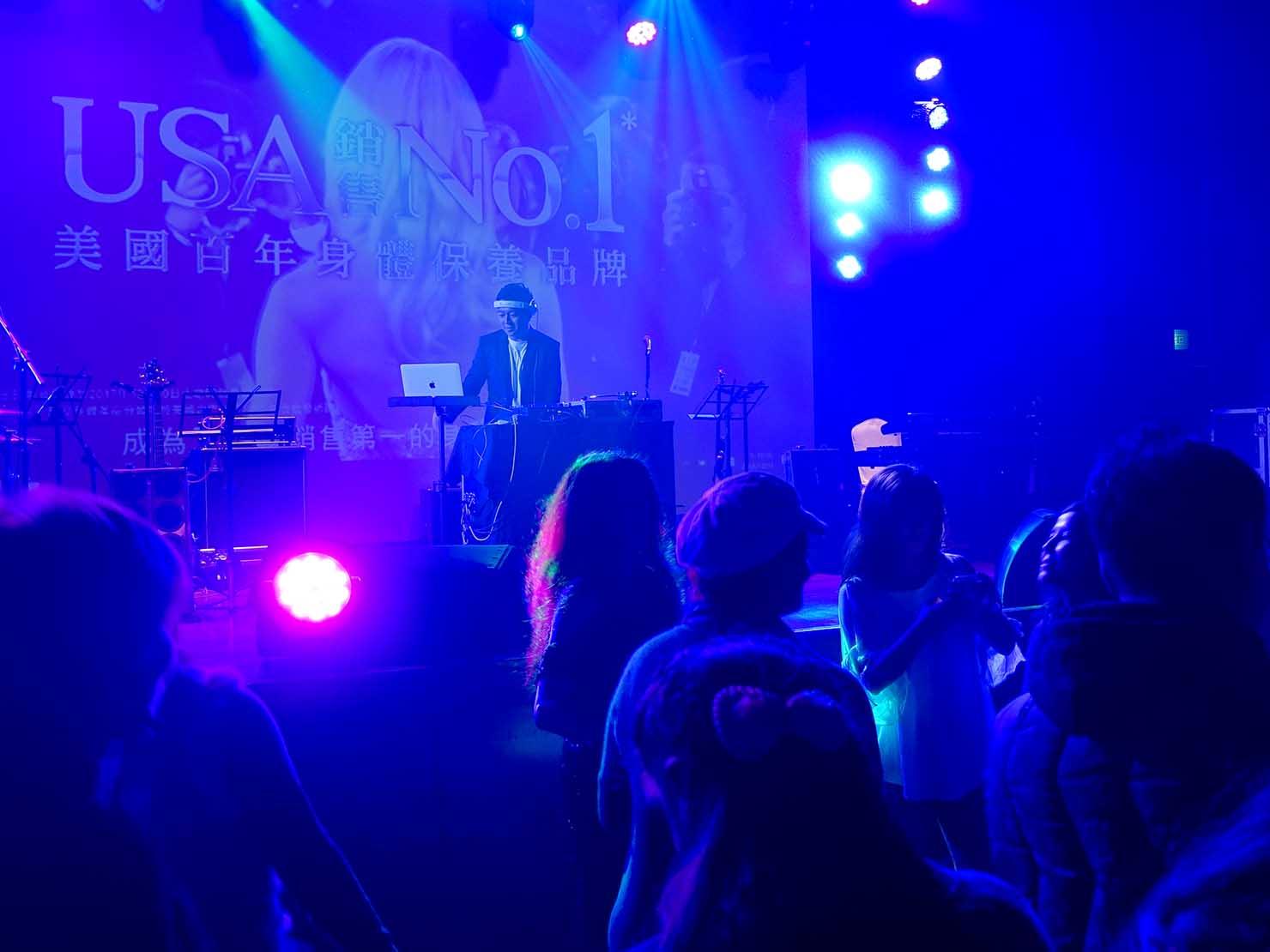 台北・圓山大飯店のカウントダウンパーティー「Bling Bling跨年派對」ステージでパフォーマンスするDJ
