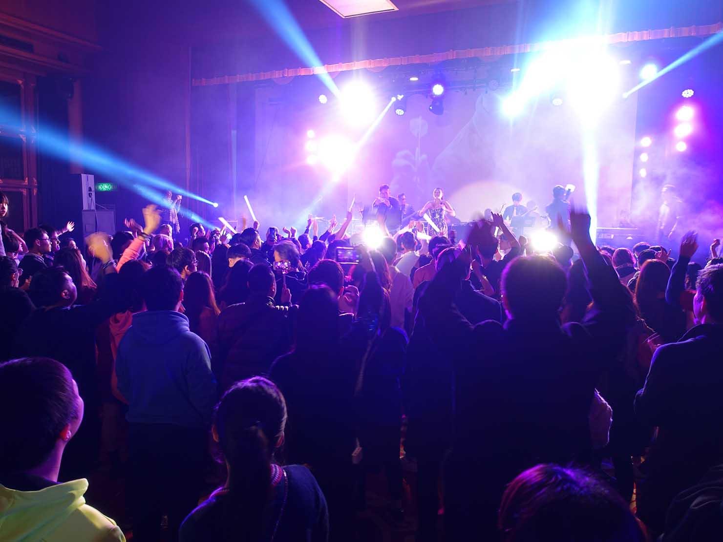 台北・圓山大飯店のカウントダウンパーティー「Bling Bling跨年派對」ステージに登場するアーティスト・丁詩瑀(BIRDY)さんのパフォーマンスに盛り上がる人々