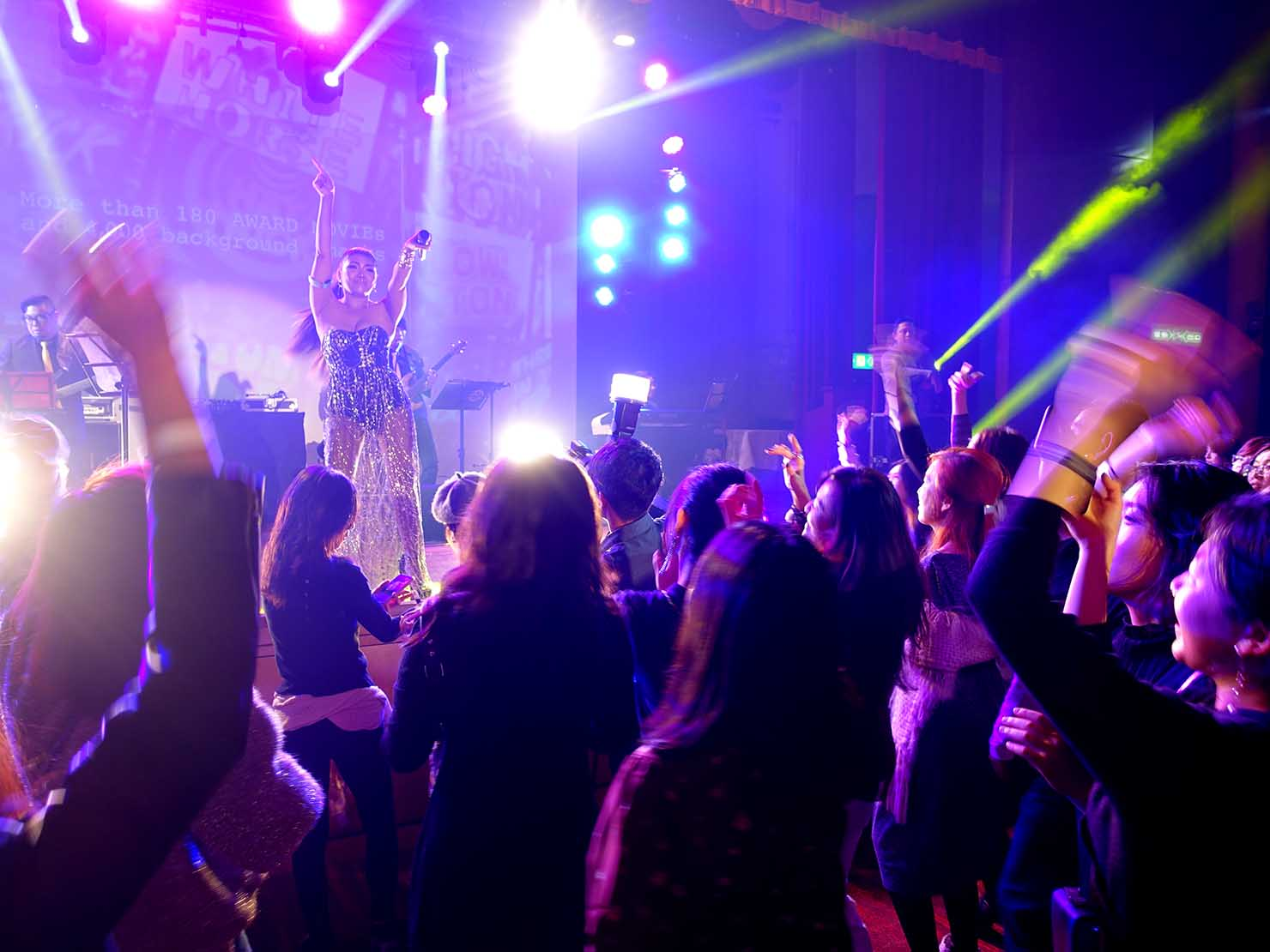 台北・圓山大飯店のカウントダウンパーティー「Bling Bling跨年派對」ステージに登場するアーティスト・丁詩瑀(BIRDY)さんのパフォーマンス