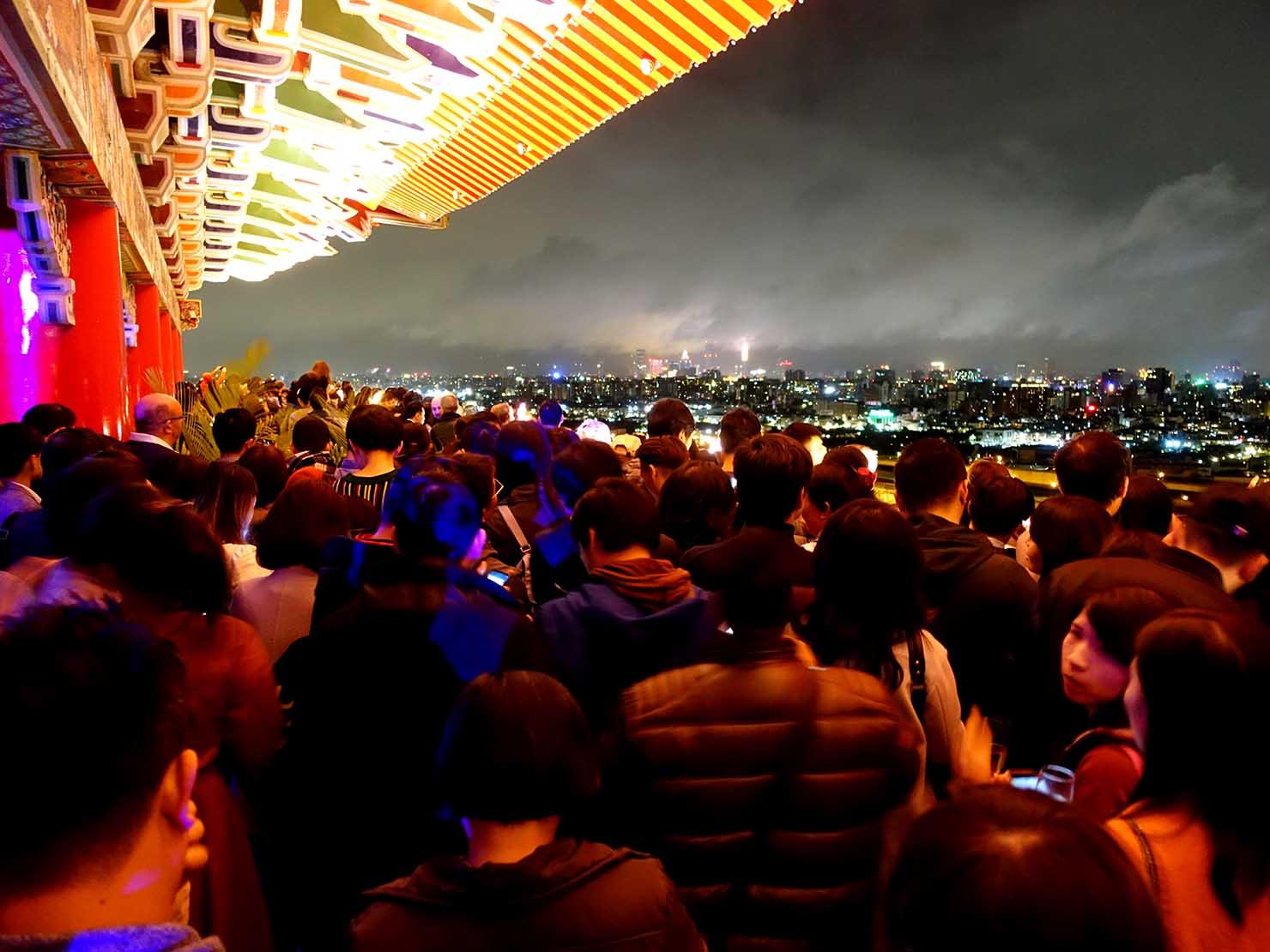台北・圓山大飯店のカウントダウンパーティー「Bling Bling跨年派對」会場の屋外テラスに集まる人々