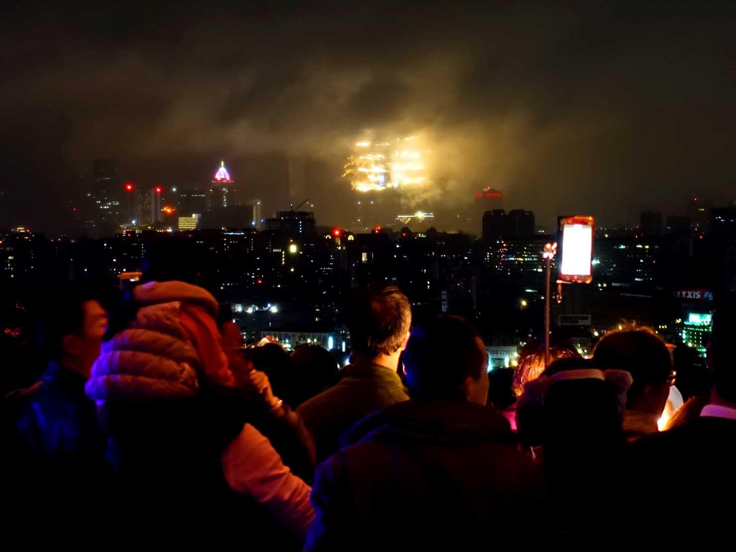 台北・圓山大飯店のカウントダウンパーティー「Bling Bling跨年派對」会場の屋外テラスから眺める台北101の花火