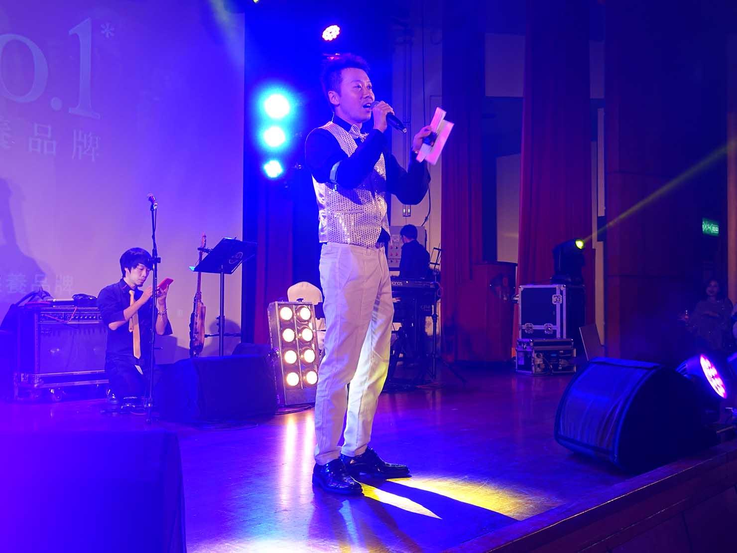 台北・圓山大飯店のカウントダウンパーティー「Bling Bling跨年派對」ステージに立つ司会者