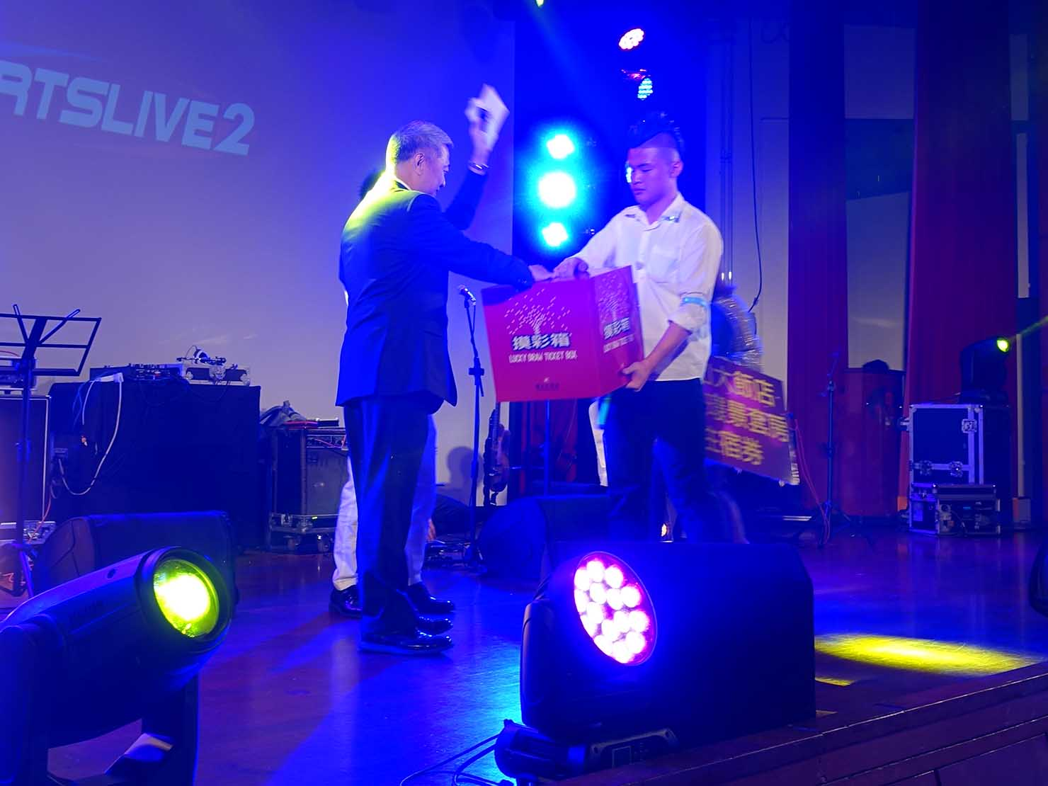 台北・圓山大飯店のカウントダウンパーティー「Bling Bling跨年派對」ステージの追加抽選大会