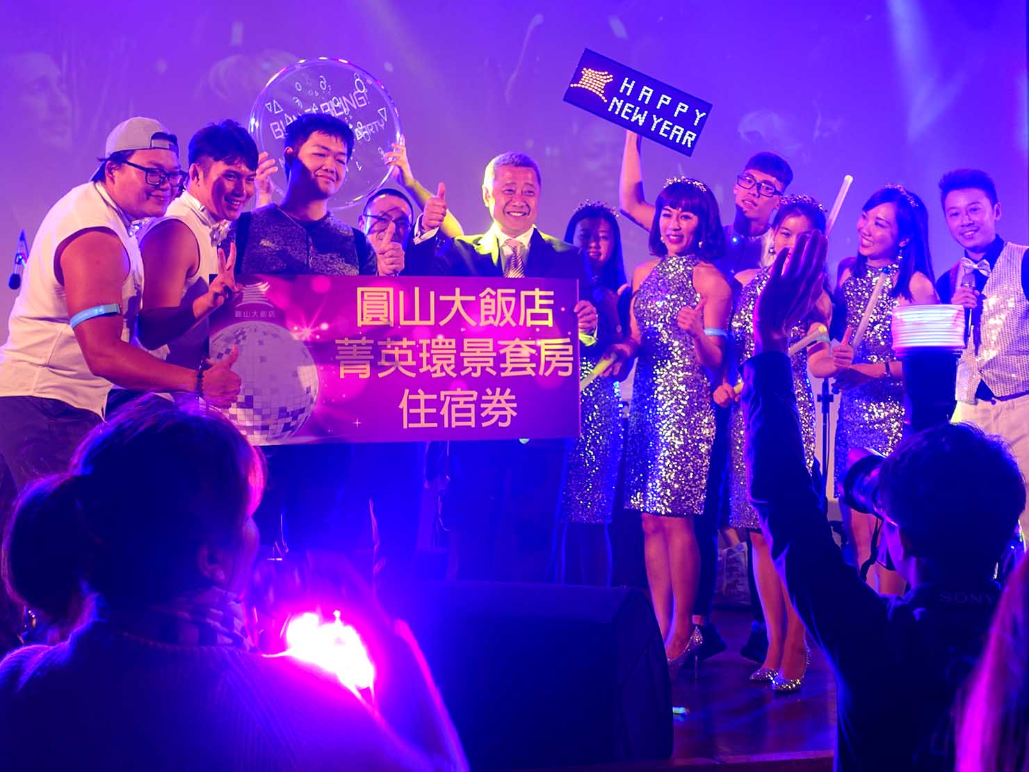 台北・圓山大飯店のカウントダウンパーティー「Bling Bling跨年派對」抽選に当選したお客さんと記念撮影