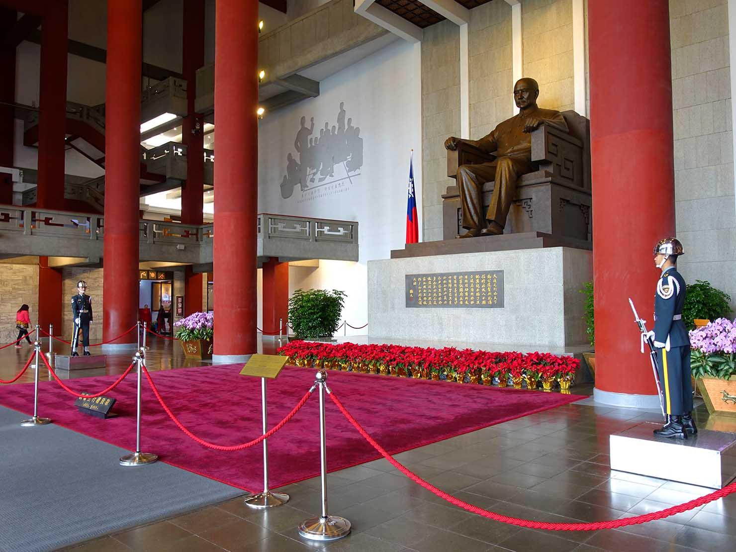 台北・國父紀念館内の孫中山像