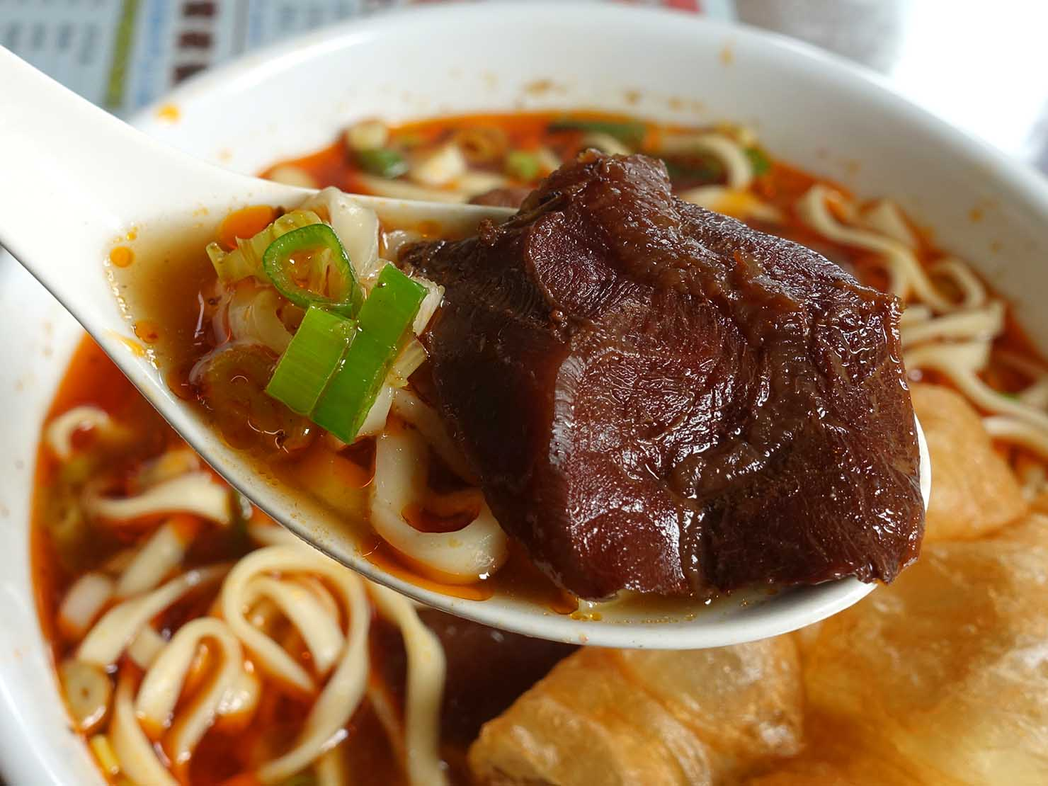 台北・國父紀念館のおすすめグルメ店「江家永和豆漿/牛肉麵」の牛肉麵クローズアップ