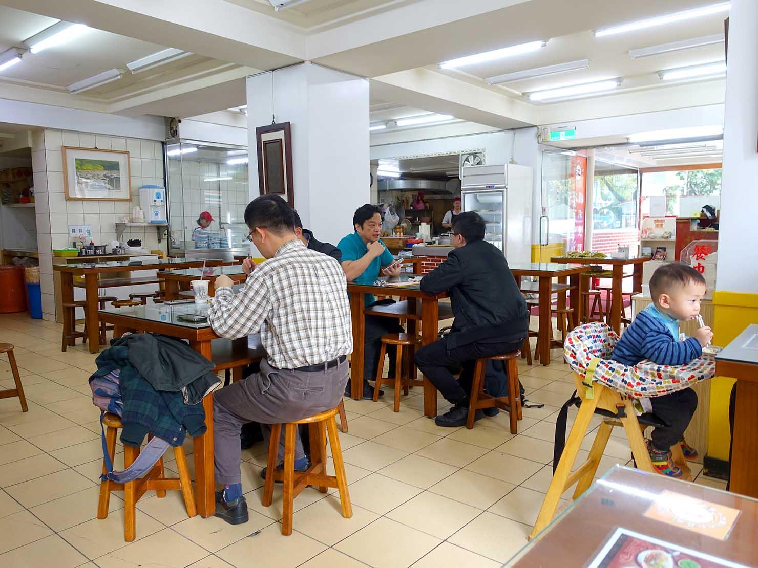 台北・國父紀念館のおすすめグルメ店「江家永和豆漿/牛肉麵」の店内