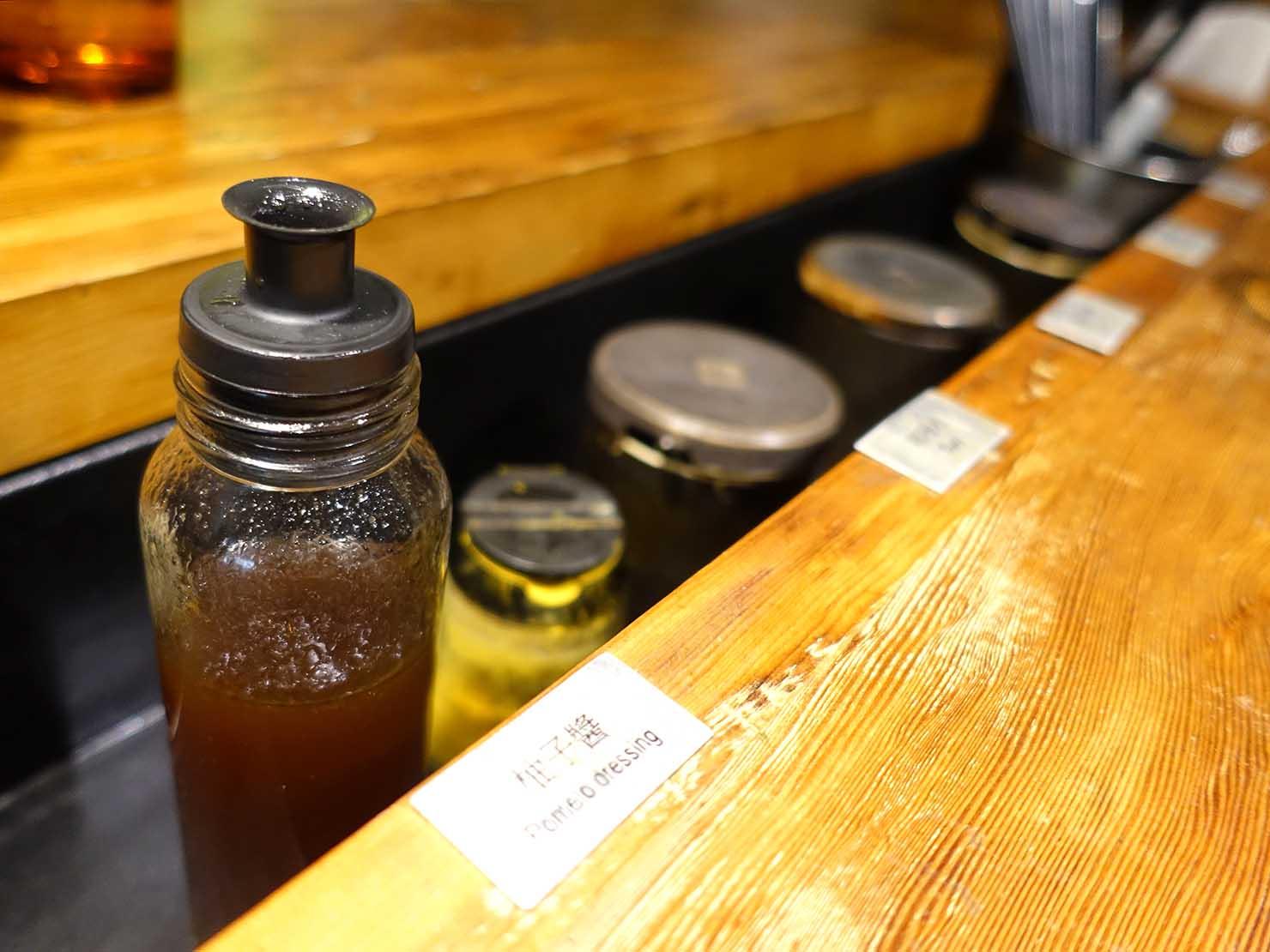 台北・國父紀念館のおすすめグルメ店「VEGE CREEK」のテーブルに並ぶ調味料