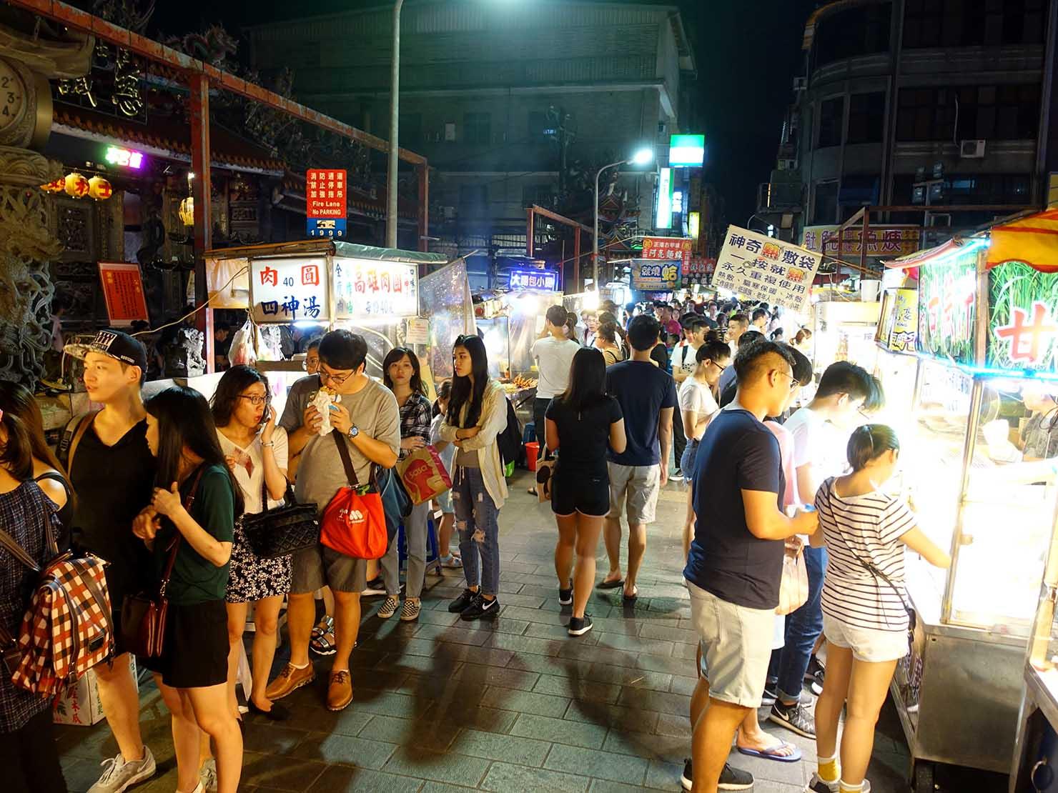 台北・士林夜市の大南路に伸びる屋台街