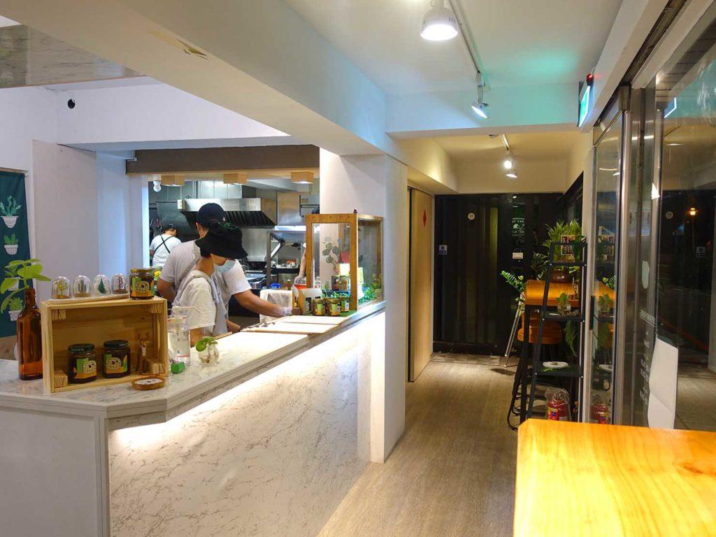 台北・國父紀念館エリア(東區)のおすすめグルメ店「愛米菜」のカウンター