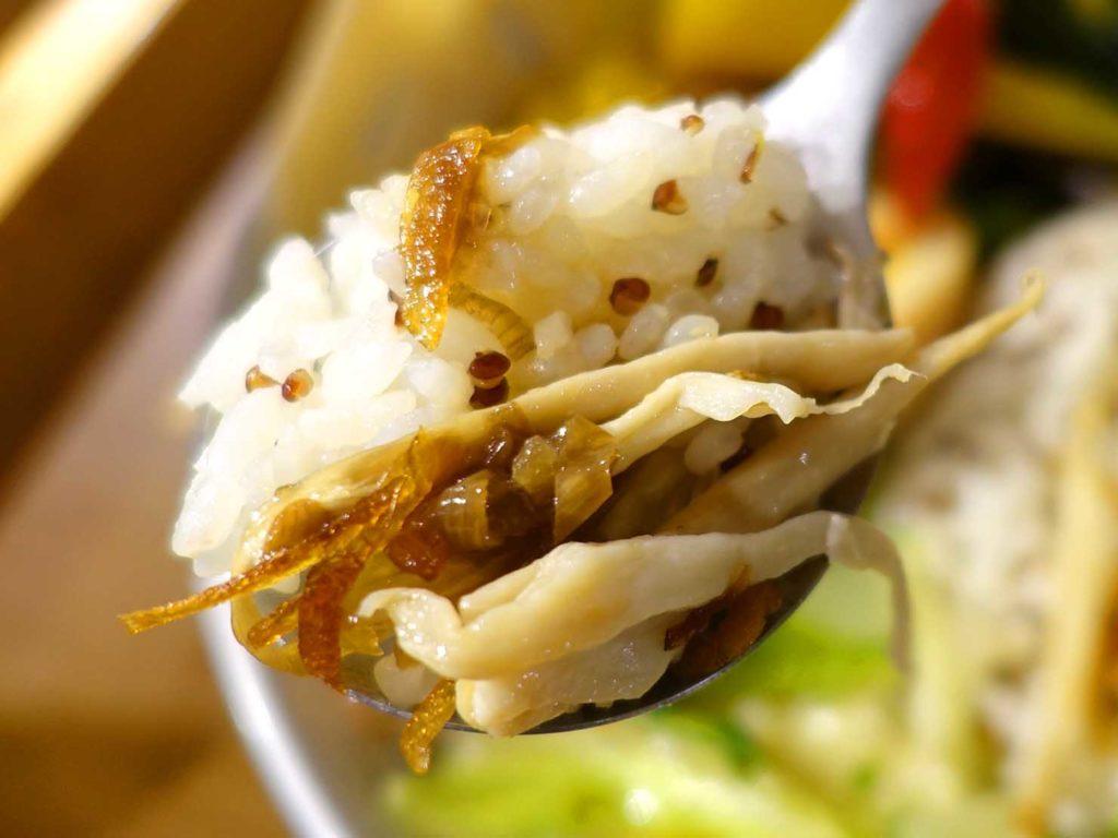 台北・國父紀念館エリア(東區)のおすすめグルメ店「愛米菜」私房手撕雞肉飯のごはん