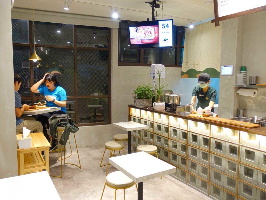 台北・國父紀念館エリア(東區)のおすすめグルメ店「八時神仙草」の店内テーブル席