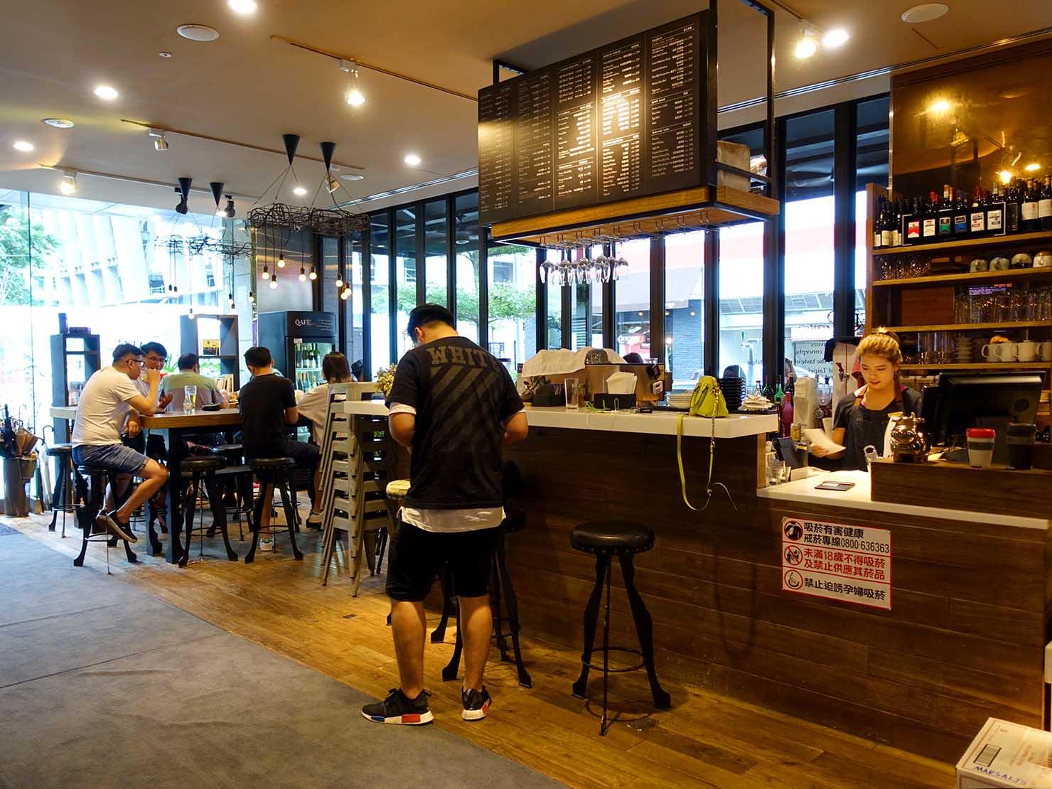 台北・信義區のLGBTに人気のハイクラスホテル「home hotel」1Fのカフェスペース