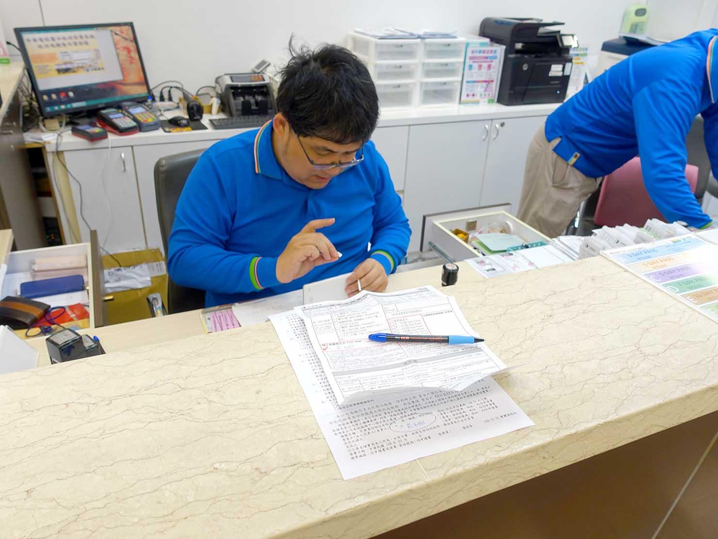 台北・松山空港の中華電信カウンターでSIMカードの設定