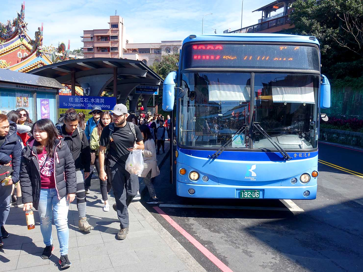 台北・九份のバス停に到着した路線バス