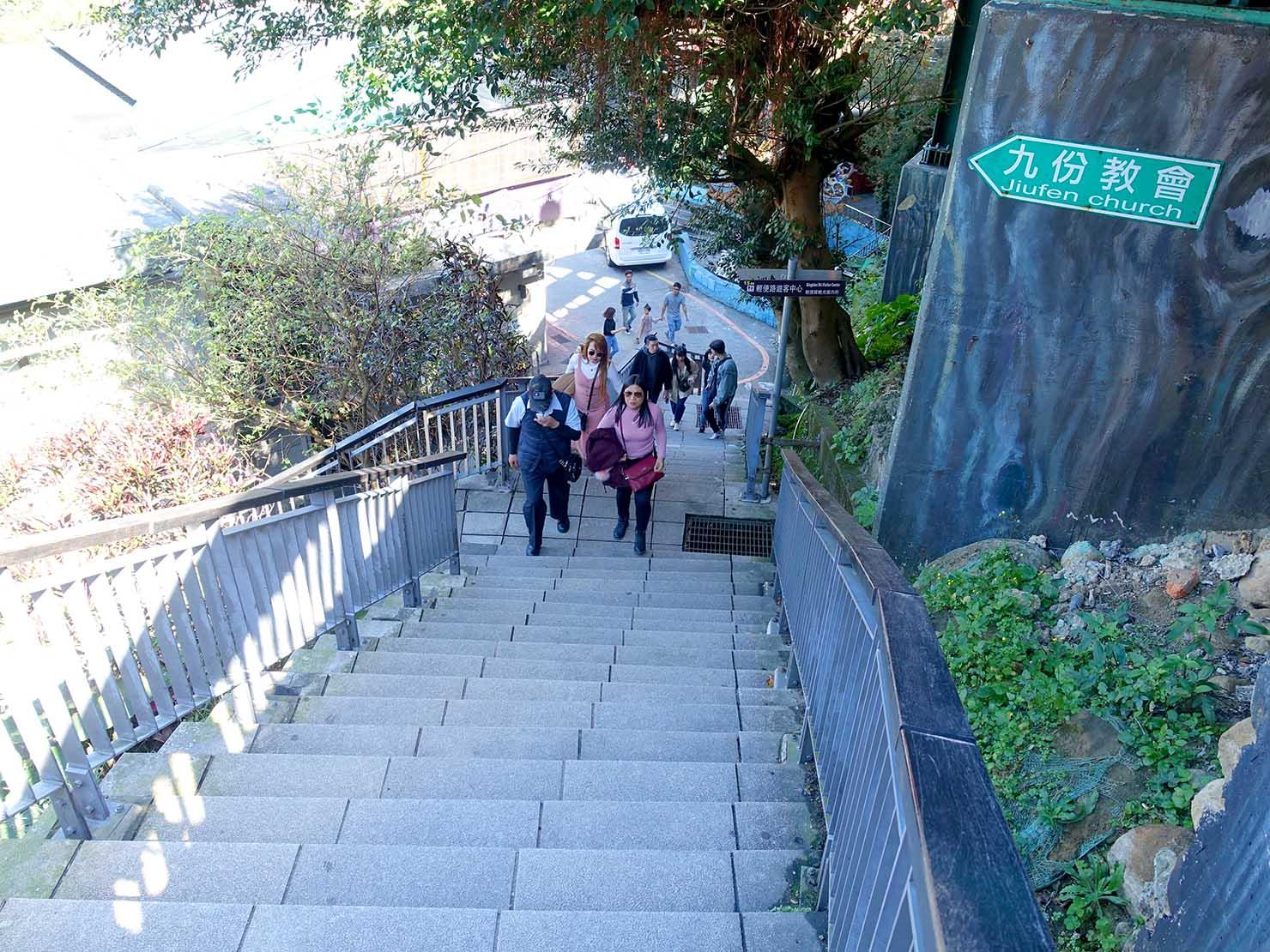 台北・九份老街バス停横の階段