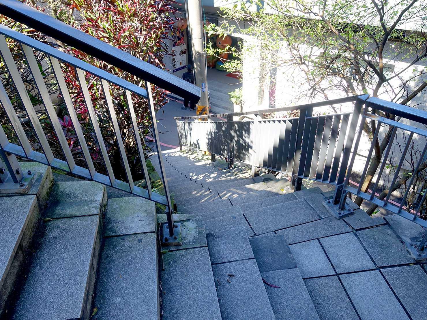台北・九份老街バス停横の枝分かれする階段