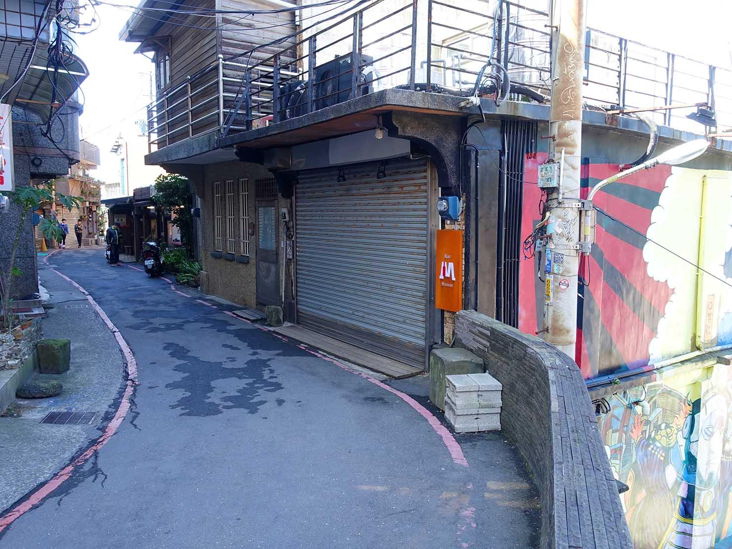 台北・九份の輕便路にあるペイントの施された建物