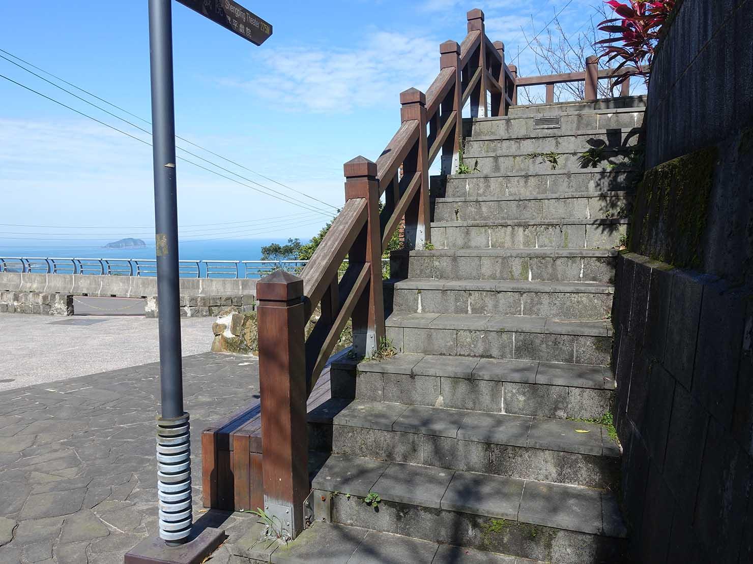 台北・九份の輕便路にある福住社區の門前広場から伸びる階段