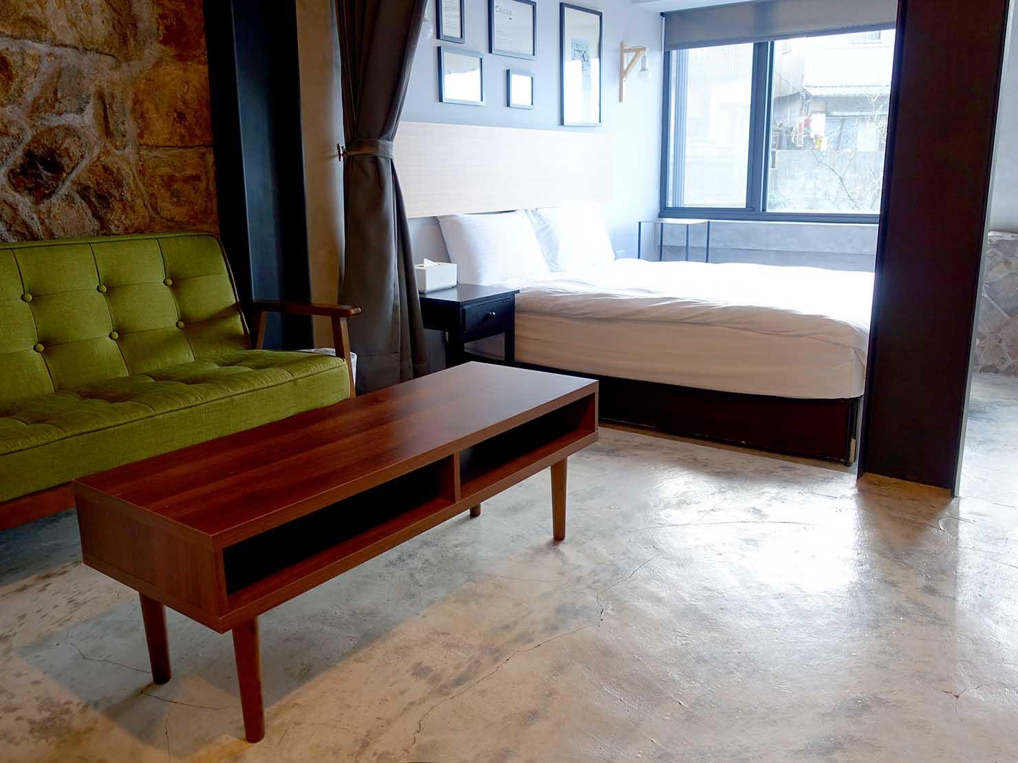 台北・九份のおしゃれなゲストハウス「九份山經」クイーンルームのベッド