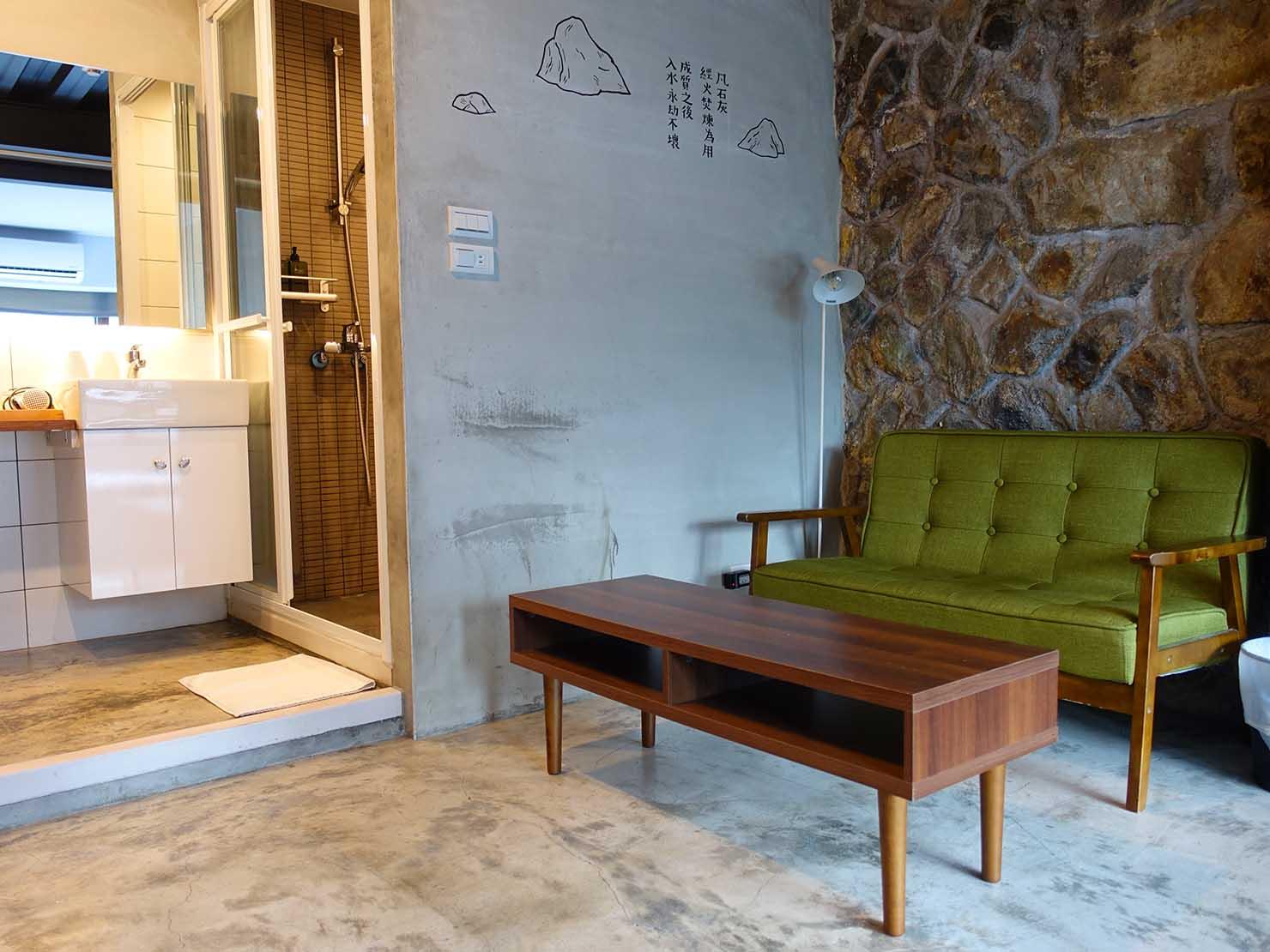 台北・九份のおしゃれなゲストハウス「九份山經」クイーンルームのソファ