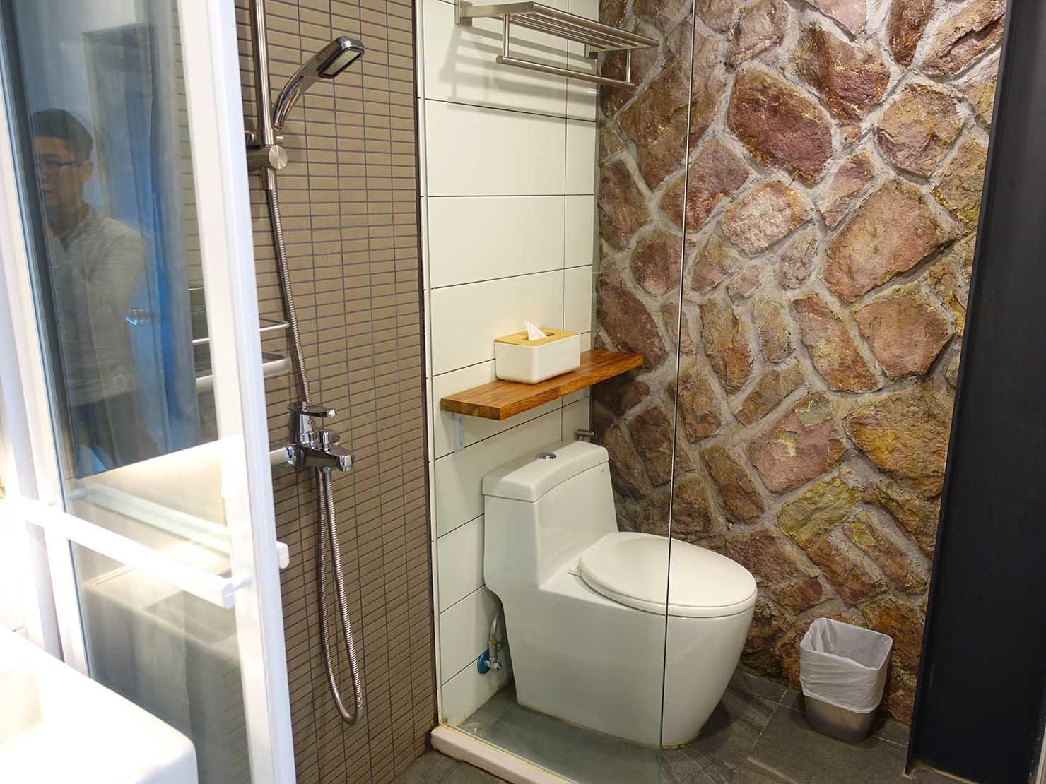 台北・九份のおしゃれなゲストハウス「九份山經」クイーンルームのシャワールーム