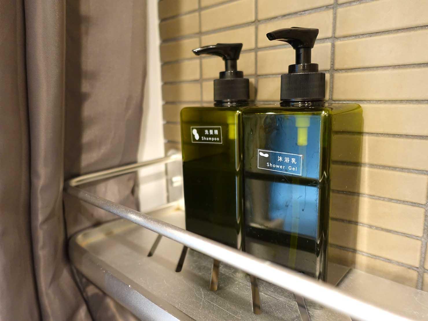 台北・九份のおしゃれなゲストハウス「九份山經」クイーンルームのシャワールームに置かれたシャンプー類