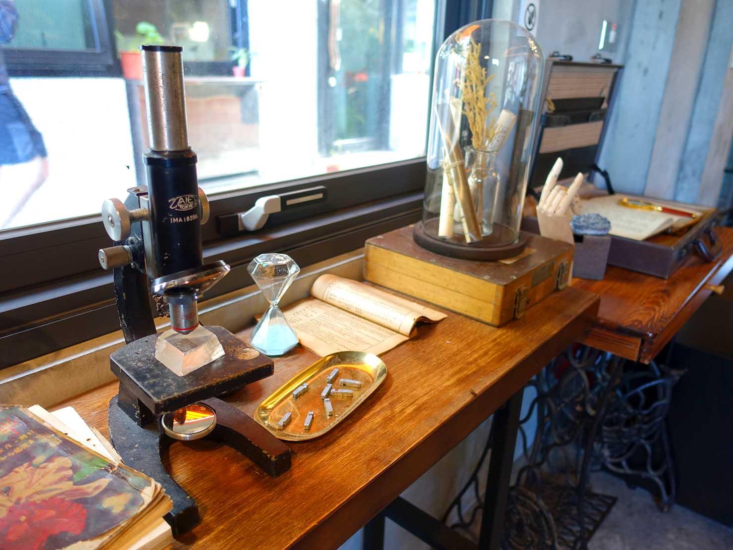 台北・九份のおしゃれなゲストハウス「九份山經」の共用スペースに置かれた顕微鏡