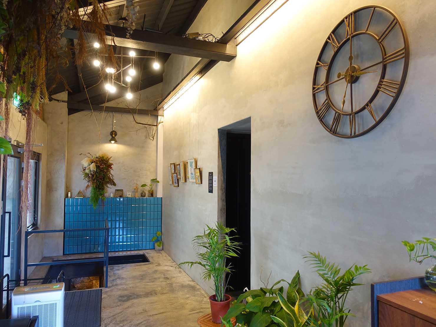 台北・九份のおしゃれなゲストハウス「九份山經」の共用スペースに掛けられた時計