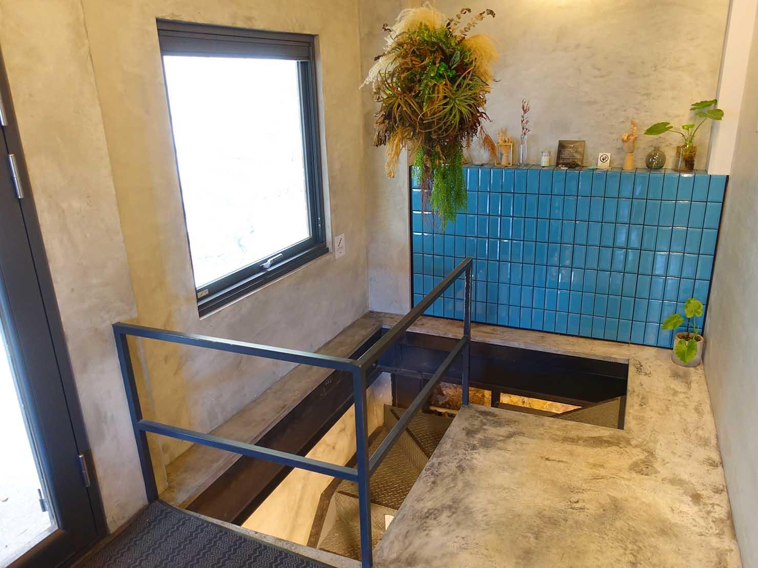 台北・九份のおしゃれなゲストハウス「九份山經」の共用スペースから伸びる下り階段