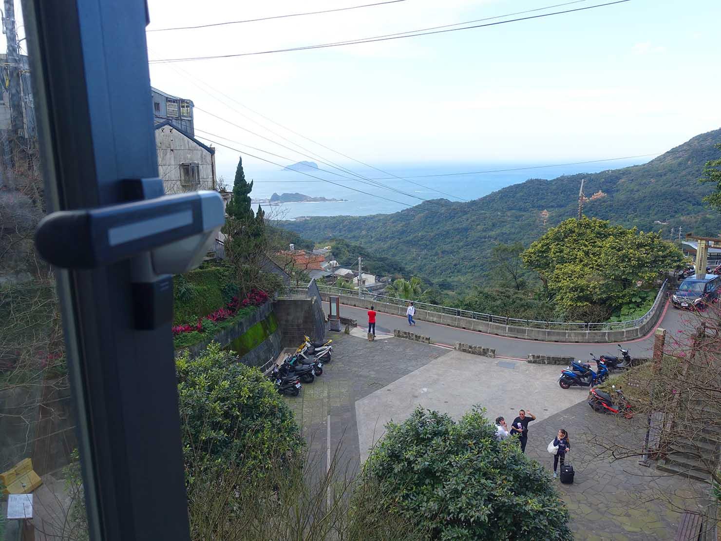 台北・九份のおしゃれなゲストハウス「九份山經」クイーンルームの窓から見える台湾北海岸の海