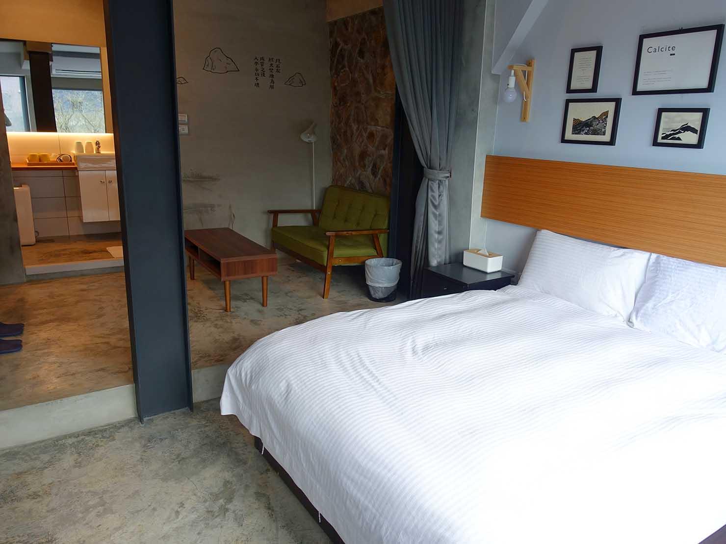 台北・九份のおしゃれなゲストハウス「九份山經」クイーンルームの窓側から見る部屋