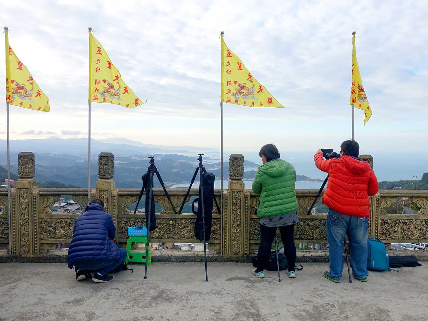 台北・九份の福山宮から撮影に励む人々