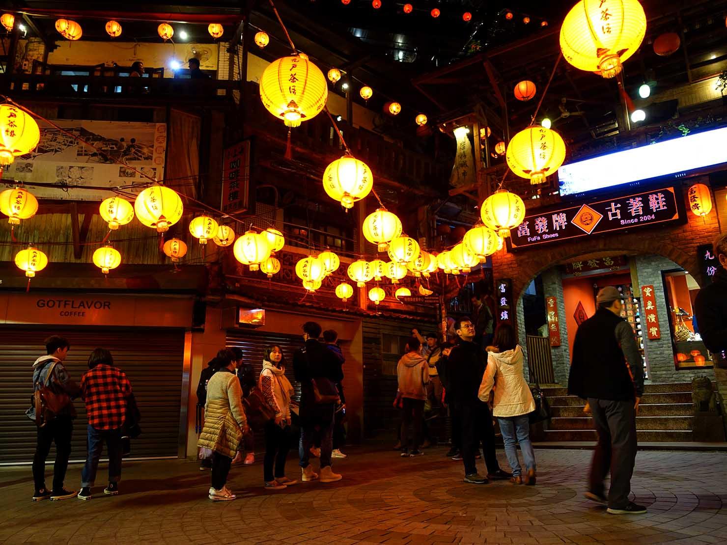 台北・九份昇平戲院前広場の夜景