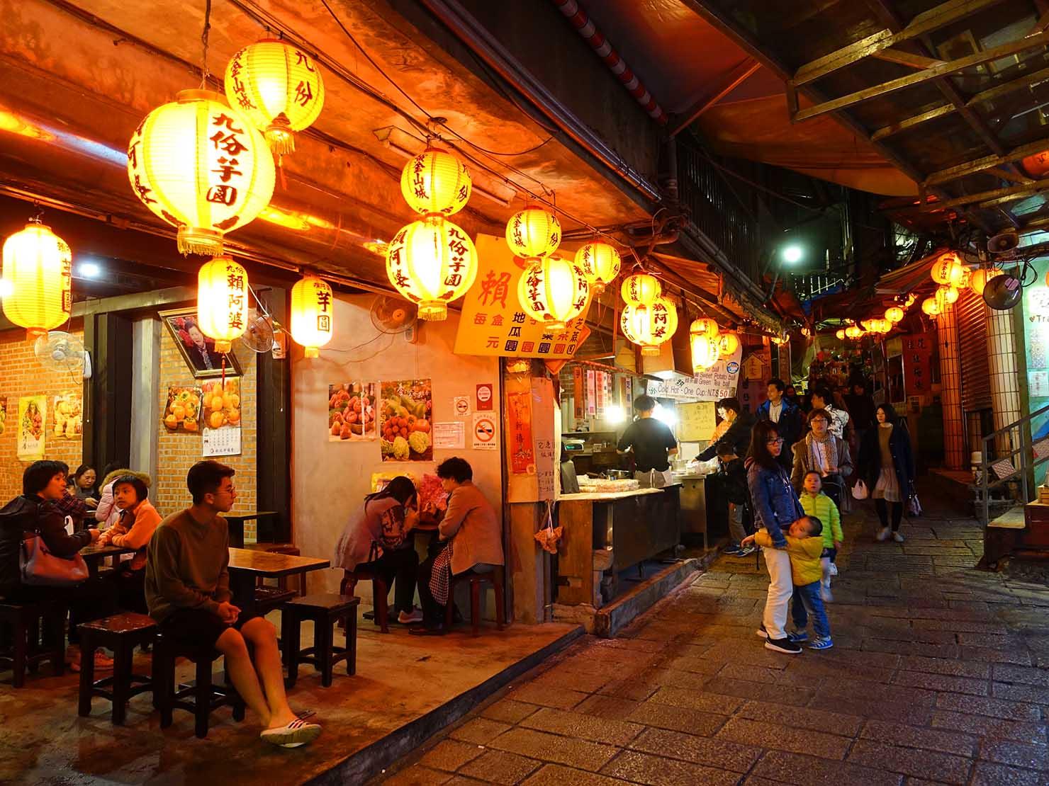 台北・九份老街にある芋圓店の夜景