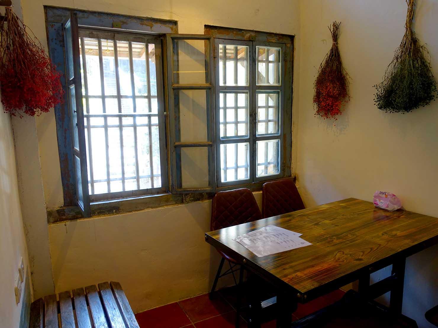 台北・九份の古民家カフェ「淂藝洋行」のテーブル席