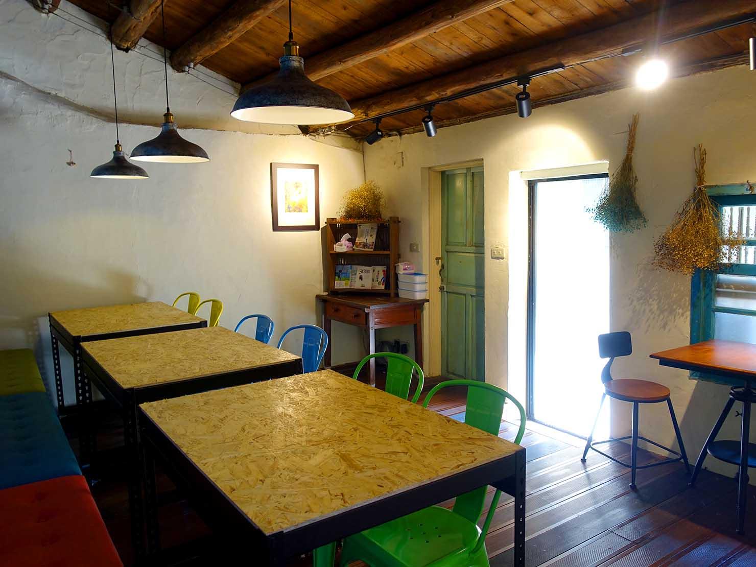 台北・九份の古民家カフェ「淂藝洋行」の屋内に並ぶテーブル席